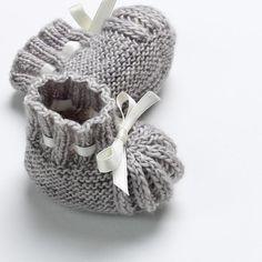 Newborn Knitting Patterns 17 / Baby booties Knitting pattern by Florence Merlin Baby Booties Knitting Pattern, Knitted Booties, Arm Knitting, Baby Knitting Patterns, Baby Patterns, Knit Baby Shoes, Knitted Baby, Doll Patterns, Baby Cardigan