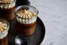 Klassische S'mores kann jeder als Dessert im Glas sind sie doch so viel besser. Das Rezept für Nachtisch im Herbst oder zu Halloween.