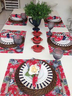 Para um jantar de família, um mimo com flores e panelinhas rústicas.