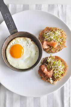 Witamy wiosnę! Placuszki z kaszy gryczanej, z fetą, ziołami i wędzonym łososiem. | Make Cooking Easier