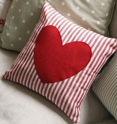 70 Ideas for diy pillows print cushions Sewing Pillows, Diy Pillows, Decorative Pillows, Throw Pillows, Valentine Day Crafts, Valentine Decorations, Valentine Pillow, Tutorial Patchwork, Cushion Cover Designs