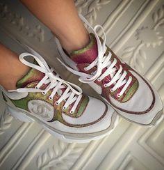 chanel sneakers Sandales Chanel, Chaussures De Luxe, Basket Femme,  Vestimentaire, Basket Tendance 45384427d4c