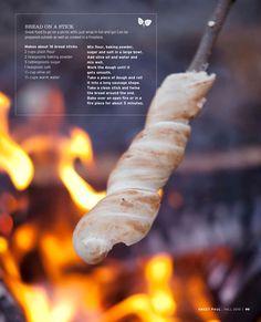 buffet-idee: smulstation bij het kampvuur met broodjes op stok, en worst of stroop als vulling