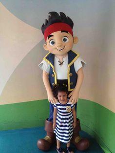 Con el Pirata Jake ~ With Jake the Pirate. #DisneyMagic #LaFamiliaCool