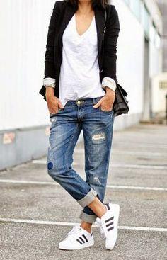 Den Look kaufen: https://lookastic.de/damenmode/wie-kombinieren/sakko-t-shirt-mit-v-ausschnitt-boyfriend-jeans-sportschuhe-umhaengetasche/7221 — Weißes T-Shirt mit V-Ausschnitt — Schwarzes Sakko — Schwarze Leder Umhängetasche — Blaue Boyfriend Jeans mit Destroyed-Effekten — Weiße Sportschuhe