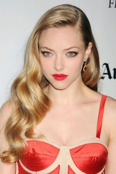 Amanda Seyfried's ribbon curls evoke that perfect old Hollywood glamour that's always in style. For a look that lasts into the late-late hours, set hair in hot rollers and touch up with a curling iron before gently brushing out into cascading waves. Hollywood Glam Dress, Old Hollywood Hair, Hollywood Glamour, Holiday Hairstyles, 2015 Hairstyles, Celebrity Hairstyles, Wedding Hairstyles, Hollywood Hairstyles, Amanda Seyfried