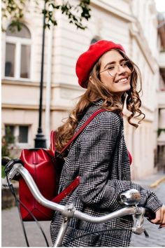 Baskenmützen Trend: Die 10 schönsten Outfits mit Bérets Comb berets in autumn? I'll show you the 10 most beautiful outfits with the trendy Béret! Elegant Woman, Barett Outfit, Beret Rouge, Older Women Fashion, Womens Fashion, Ladies Fashion, Mode Cool, Mode Shoes, Look Blazer