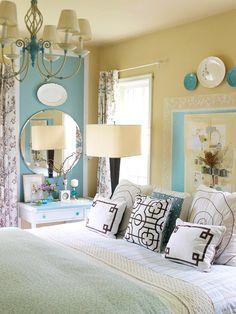 Jolie tête de lit bleue soulignée d'une dentelle blanche. Elle fait écho à l'espace coiffeuse délimité lui aussi par du bleu.