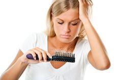 Una de las complicaciones más preocupantes del SOP es la pérdida de cabello. El pelo en la parte superior de la cabeza puede debilitarse, o puede haber pér