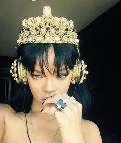 Rainha? Rihanna usa fone de ouvido com coroa cravejada de pedras de R$ 37 mil
