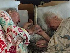 """No de ustedes  pero cuando me toque partir  me gustaría que fuese así...  @Regrann from @diarionotitarde -  La foto proviene de un post de una usuaria del sitio web Reddit de usuario """"RelLiveGirl"""" quien quiso compartir el invaluable momento que captó con su teléfono en la red social. Su abuela de 96 años estaba en sus últimos minutos y su marido de 100 años le apreta la mano resistiéndose a dejarla ir. Mi abuela 96 con mi abuelo 100 esto fue pocas horas antes de que ella muriera.77 años de…"""