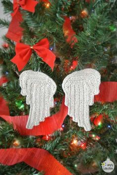Free Tiny Angel Wings crochet pattern by SimplyCollectibleCrochet.com | Perfect for appliques, ornaments, earrings, pendants, and more! https://simplycollectiblecrochet.com/2016/07/beautiful-free-tiny-angel-wings-crochet-pattern-applique-ornament-earrings-pendant/
