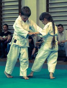 Techniki aikido wykonywane przez dzieci podczas egzaminu w Międzychodzie.