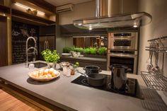 Projetada pela arquiteta Mary Oglouyan para servir de showroom para a Elgin, esta cozinha integrada se beneficia de uma grande área para criar um ambiente de estar e um espaço gourmet.