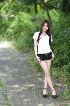 Beautiful Young Lady, Beautiful Asian Women, Cute Asian Girls, Sexy Hot Girls, Hand Pose, Hot Pants, Girls 4, Japanese Girl, Sexy Outfits