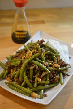 Wokki vihreistä pavuista ja jauhelihasta