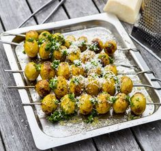 Prova att grilla din färskpotatisar på spett och krydda med god parmesan och kryddor. En riktig sommarrätt! Grilling Recipes, Veggie Recipes, Wine Recipes, Vegetarian Recipes, Cooking Recipes, Healthy Recipes, I Love Food, Good Food, Yummy Food