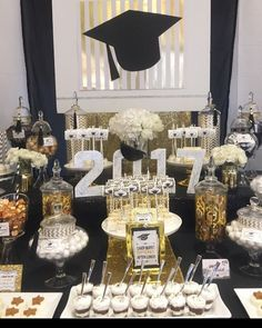 Decorate your graduation candy table - Decoration For Home Graduation Party Desserts, Graduation Crafts, Graduation Party Centerpieces, Graduation Party Planning, College Graduation Parties, Graduation Celebration, Graduation Decorations, Graduation Table Ideas, Candy Table