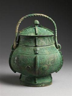 """Vase """"you""""  bronze archaïque, 12ème - 13ème siècle avant J.-C.  (C) RMN-Grand Palais (musée Guimet, Paris) / Thierry Ollivier  dynastie Shang (vers 1600-1050 av J.-C.)  Chine"""