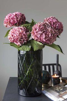 For å gjøre det enkelt kan man holde seg til en sort blomster. Her er vakre avskårne hortensia.