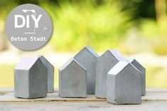 Betonstadt in den Sand gesetzt.Diy Tiny Concrete houses Pour into little milk cartons?I've never worked with concrete, but seeing all these beautiful objects, make me want to give a try! Nunca he trabajado con concreto, pero ver estos objetos preci Concrete Crafts, Concrete Art, Concrete Design, Decorative Concrete, Precast Concrete, Cement House, Concrete Houses, Diy 2019, Beton Design