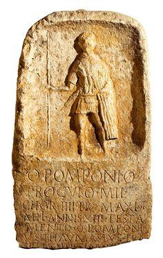 Esta estela funeraria recuerda al pretoriano Pomponio Próculo, y lo representa vestido con su uniforme y totalmente armado. Museo Nacional de Abruzzo.