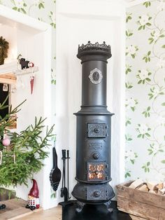 I like the crown on top! Home Fireplace, Brick Fireplace, Fireplaces, Antique Wood Stove, How To Antique Wood, Wood Stove Heater, Swedish Interior Design, Old Stove, Houses In France