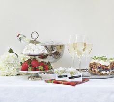 #kremmerhuset #17mai #hipphurra #servering #frokost #breakfast #celebration #nationalday #feiring #blåbær #stilleben #interior #interiør #husoghjem #stettglass #glass #bordkort #servietter #napkins #strawberries #jordbær #hortensia #champagnekjøler #champagnefrokost #frokost #bordkort #hortensia