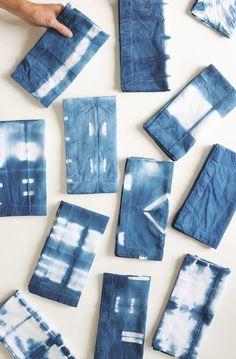 DIY Shibori Indigo Dish Towels Tutorial - Alice and Lois Techniques Shibori, Shibori Tie Dye, Shibori Fabric, Dyeing Fabric, Indigo Dye, Cloth Napkins, How To Dye Fabric, Fabric Painting, Diy Craft Projects