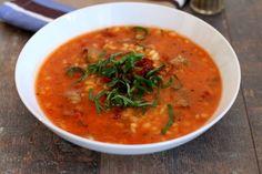 Zupa pomidorowa z kaszą pęczak, suszonymi pomidorami i czosnkiem niedźwiedzim.