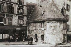"""La rue du Mont-Cenis, à Montmartre, vers 1905 et l'ancienne chapelle de la Trinité, édifiée par Jacques Liger en 1579. Fermée en 1783, elle sera ensuite occupée par divers commerces dont celui d'un cabaret nommé """"A la Belle Gabrielle"""". Ce bâtiment historique fut détruit vers 1920... Montmartre Paris, Old Paris, Vintage Paris, Vintage Travel, Vintage Pictures, Old Pictures, Old Photos, Monuments, Backpacking"""