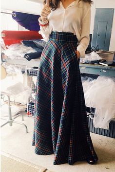 Even wider waist would be worth playing with, love this - tartan ideas telas vestidos novia inspiracion boda escocesa Maxi Skirt Outfits, Dress Skirt, Tartan Skirt Outfit, Tartan Skirts, Tartan Plaid, Maxi Dresses, Diy Maxi Skirt, Tartan Pants, Long Dresses