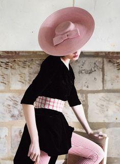 Le lookbook de la collection de chapeaux de mariage Mademoiselle Chapeaux propose des look chic et élégant ! Inspirez-vous pour trouver votre chapeaux !