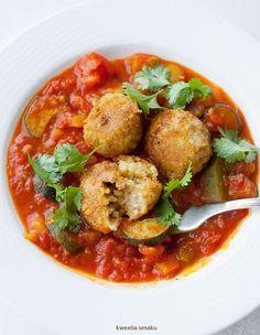 Pulpeciki z soczewicy i kaszy jaglanej, w sosie pomidorowym z cukinią.
