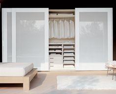 este armario blanco con puertas de vidrio blanco agrega más finura y ligereza para el dormitorio más grande.                                                                                                                                                                                 Más