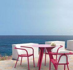 Pink outdoor chairs and table by Avant Première pour Matière Grise   More photos http://petitlien.fr/meublesjardinsdesign
