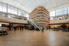 Dél-Koreában található Ázsia legnagyobb földalatti bevásárlóközpontja a Starfield COEX Mall.  Ez a gigantikus építmény ad otthont a Starfield könyvtárnak, melynek burkolásához a Marca Corona Prestige csempéket választották.  A burkolat egyediségét a minőség, kiváló műszaki jellemzők a fa harmonikus, természetes látványa adja. Coron, Seoul Korea, Glass Roof, Design Projects, Street View, Inspiration, Architecture, Fa, Biblical Inspiration