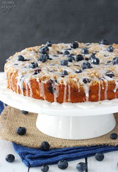 Blueberry Streusel Coffee Cake – super moist, full of blueberries, cinnamon and … Blueberry Streusel Coffee Cake – super feucht, voller Blaubeeren, Zimt und Streusel! Blueberry Desserts, Blueberry Cake, Blueberry Ideas, Streusel Coffee Cake, Coffe Cake, Cake Recipes, Dessert Recipes, Delicious Desserts, Salty Cake