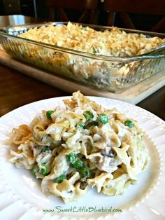 ️ OLD FASHIONED TUNA NOODLE CASSEROLE ?️ Old fashioned tuna noodle casserole is comfort food at it's finest! Egg noddles in a delicious creamy mushroom soup sauce tossed with tuna, sauteed onions, peas and cheddar cheese, topped Best Tuna Casserole, Tuna Casserole Recipes, Tuna Recipes, Casserole Dishes, Seafood Recipes, Dinner Recipes, Cooking Recipes, Simple Tuna Noodle Casserole Recipe, Tuna