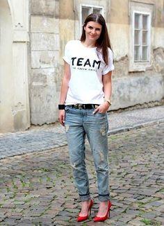 英字Tシャツとボーイフレンドデニムとエナメル赤パンプスコーデ