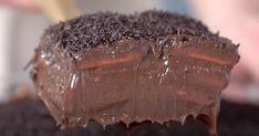 INGREDIENTES 2 latas de leite condensado 2 colheres de sopa de cacau 30g de manteiga 200g de chocolate meio amargo picado 400g de creme de leite 480g de biscoito coberto com chocolate ½ xícara de chocolate granulado INSTRUÇÕES Misturar o leite condensado com o cacau e levar ao fogo médio...