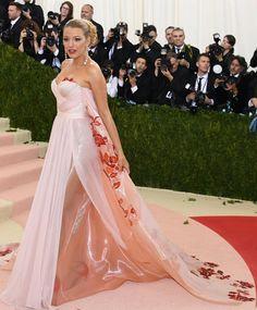 Enceinte-Blake-Lively-robe-rose-splendide-Met-Gala-2016