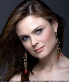 This woman is soooo beautiful! She stars as Temperance Brennan in Bones, an awesome TV show!! I really would love to draw her.