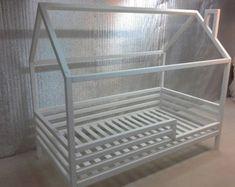 das kinder bett besteht aus grauem fichtenholz hummel. Black Bedroom Furniture Sets. Home Design Ideas