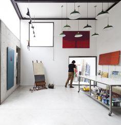Malen in Sichtbeton - Atelier von AR Arquitectos in Sao Paulo Home Art Studios, Art Studio At Home, Artist Studios, Atelier Creation, Painters Studio, Artist Workshop, Art Studio Design, Art Storage, Ribbon Storage