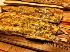 Forelle von der Planke ist ein wahrer Genuss. Wir haben diesen schmackhaften Fisch zusammen mit einer Senf-Dill-Glasur auf der Planke zubereitet.