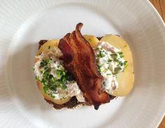 Røgede kartofler med hønsesalat og tørsaltet bacon. Et lækkert stykke smørrebrød