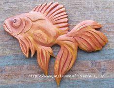 Деревянное панно резное в виде золотой рыбки