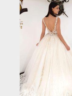 Traumhaftes Brautkleid mit tiefem V-Neck, tiefem Rückenausschnitt und Spitzenapplikationen auf dem Oberteil. Lace Wedding, Dream Wedding, Wedding Dresses, Formal Dresses, Fashion, La Mode, Linz, Wedding Dress Lace, Dress Wedding
