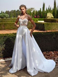 Wedding Dresses Fall See The New Trends ♥ Fall 2019 Bridal Fashion Week is finally open. Many famous designers showcased their bridal collection. We want to show the best wedding dresses fall - Wedding Dresses Fall See The New Trends Wedding Robe, Wedding Pantsuit, Fall Wedding Dresses, Designer Wedding Dresses, Bridal Dresses, Wedding Gowns, Lace Wedding, Mermaid Wedding, Reception Dresses